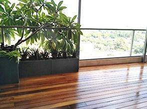 התקנת דק אירוקו במרפסת ברמת גן