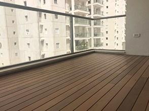 התקנת דק איפאה במרפסת של דירה ברמת אביב.