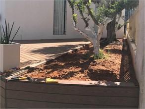 התקנת ערוגות עץ לגינה מדק סינטטי