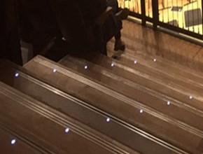 מדרגות עץ אירוקו