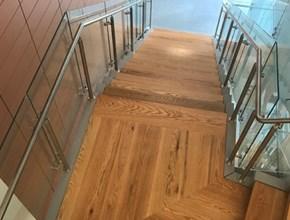 חיפוי מדרגות בעץ אלון אדום, בעבודת נגרות אומן